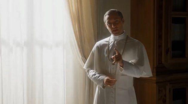Fotograma de la serie 'El joven papa' protagonizada por Jude