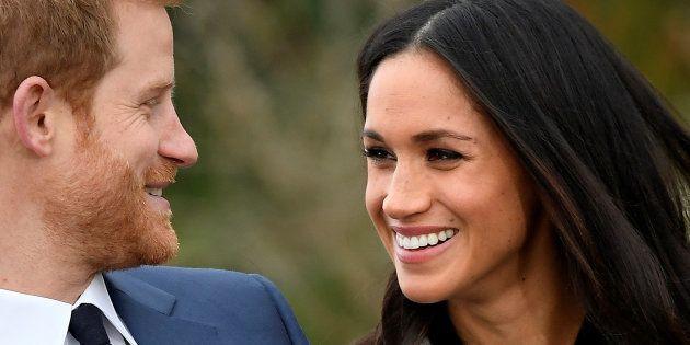 El príncipe Harry y Meghan Markle en el posado por su compromiso, en los jardines del palacio de Kensington,...
