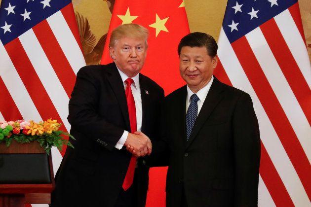 El presidente de EEUU, Donald Trump, y el de China, Xi Jinping, se saludan durante un encuentro en Pekín,...