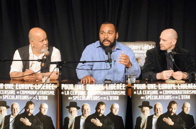 El cómico Dieudonne M'Bala M'Bala con el presidente del partido Anti-Zionist, Yahia Gouasmi (I) y el...
