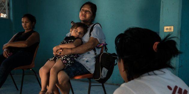 Una mujer descansa con su nieta durante una sesión de apoyo para mujeres organizada por MSF en el refugio...