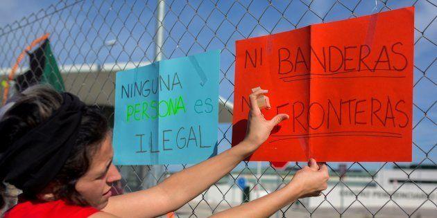 Medio centenar de personas protestaron el pasado domingo a las puertas de la cárcel de Archidona (Málaga)...