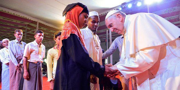 El papa Francisco se inclina ante una refugiada rohingya durante el acto interreligioso de hoy en la...
