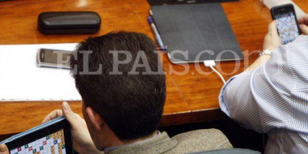 Los dos diputados del PP que jugaron a 'Apalabrados' en la Asamblea reciben una sanción de 300