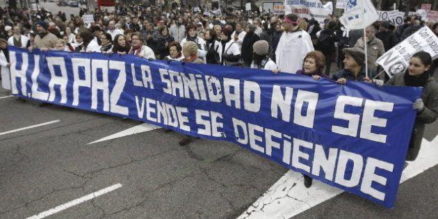 Varios miles de personas participan en una nueva marcha blanca en Madrid contra la privatización