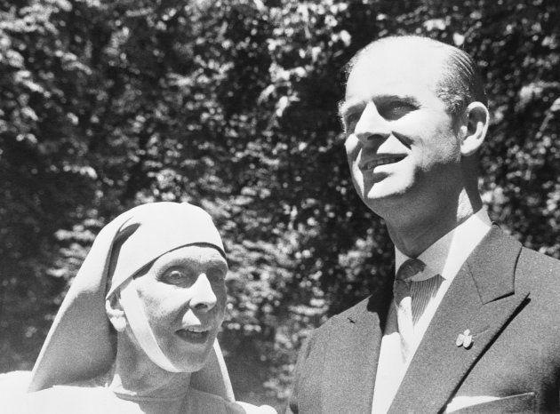 El príncipe Felipe, duque de Edimburgo, con su madre, Alicia de Battenberg, en la boda de su hermana,...