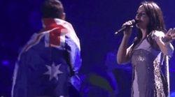 Un espontáneo se cuela en Eurovisión y enseña el