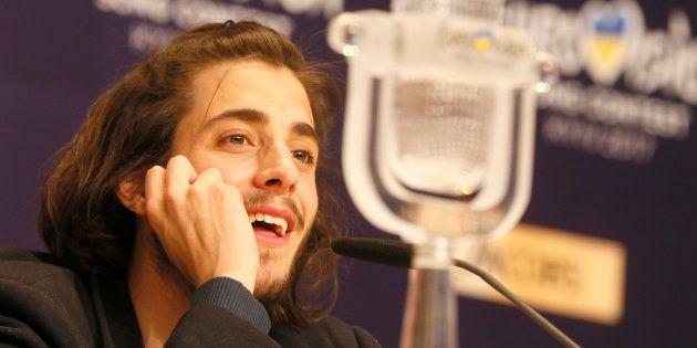 Salvador Sobral con su Micrófono de Cristal en la conferencia de prensa tras proclamarse ganador de Eurovision...