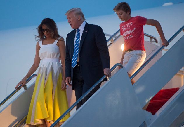 Donald Trump, Lady Melania Trump y su hijo Barron bajan del Air Force One en Maryland, EEUU, en agosto...