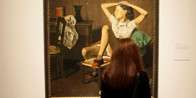 Una mujer obseva la obra 'Thérèse soñando', de Balthus, en el Museo Metropolitano de Arte de Nueva