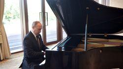 Putin sorprende en Pekín tocando piano mientras esperaba al presidente