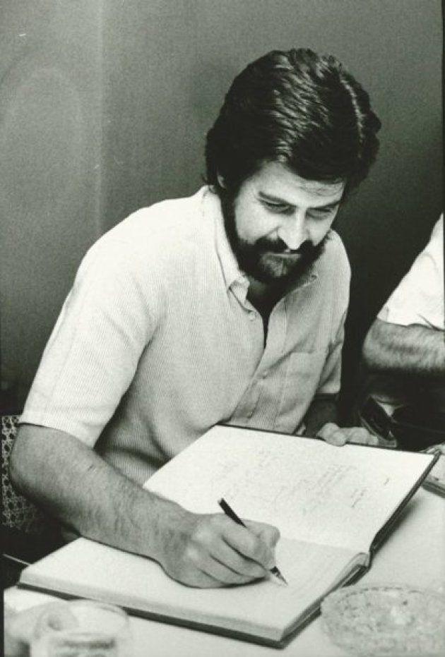 Manolo Marín firma el libro de visitas de la APE en su visita en el año