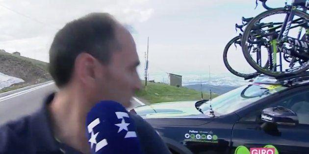 Susto en el Giro de Italia: el coche del Movistar comienza a moverse en plena