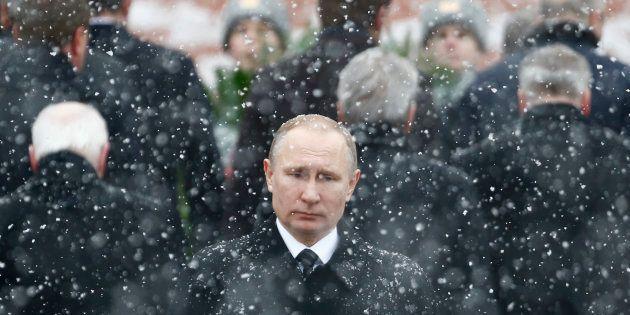 El presidente ruso, Vladimir Putin, durante un acto ante la tumba del soldado desconocido del Kremlin,...