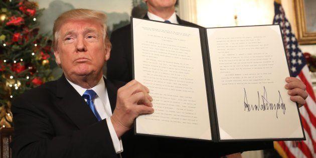 El presidente de EEUU, Donald Trump, tras firmar el documento en el que reconoce Jerusalén como capital...