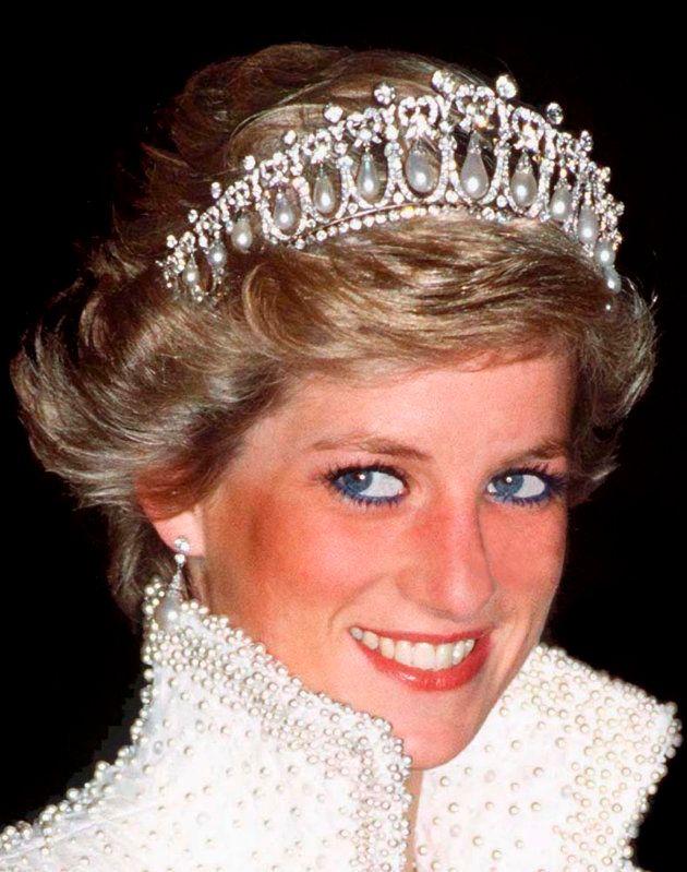 Diana de Gales, luciendo la tiara en Hong Kong en noviembre de