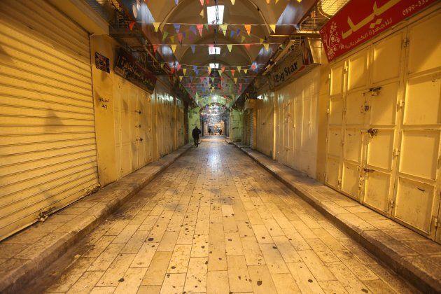 Palestinos pasean por una calle vacía a causa de la huelga en Nablus,