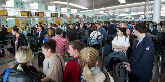 Largas colas de gente en el aeropuerto de El