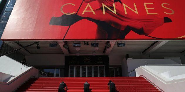 Operarios despliegan la alfombra roja para inaugurar la 70ª edición del Festival de Cine de