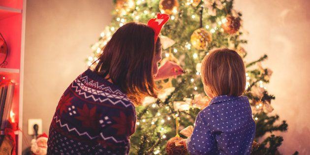 La forma correcta de poner las luces en el árbol de Navidad, según un