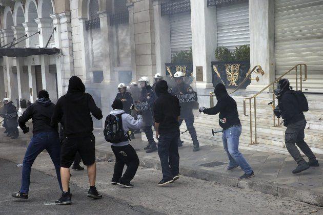 Los manifestantes se enfrentan a la policía en