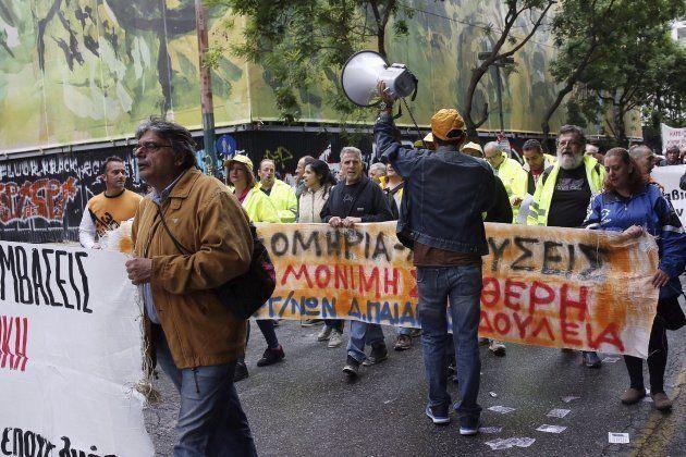 Varios manifestantes marchan en