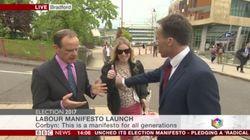 Un reportero de la BBC aparta a una espontánea que se le cuela en plano... pero pone la mano donde no