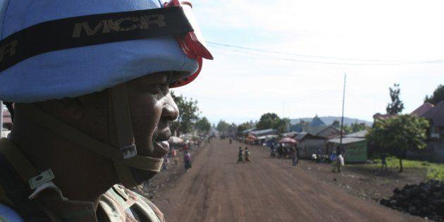 Un casco azul de la ONU procedente de Sudáfrica, patrullando en Goma (RDC), en una imagen de