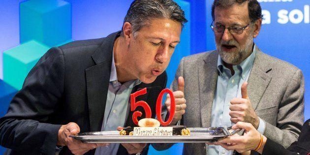 El candidato del PPC a la presidencia de la Generalitat, Xavier García Albiol sopla las velas del pastel...
