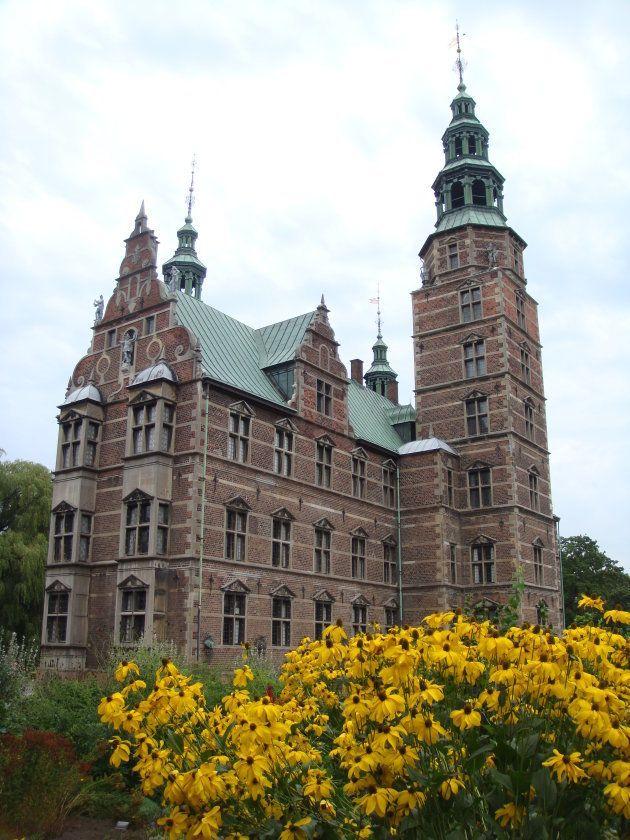 El Castillo de Rosenborg se encuentra en el Jardín del Rey, en el centro de la