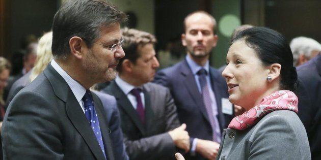 El ministro de Justicia, Rafael Catalá, conversa con la comisaria europea Vera Jourova, en una reunión...
