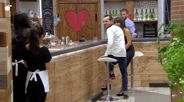 Un hombre se presenta a las camareras justo después de conocer a su cita en 'First