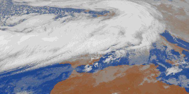 Ahí debajo está la Península Ibérica. La borrasca 'Ana' llega con fuertes vientos y