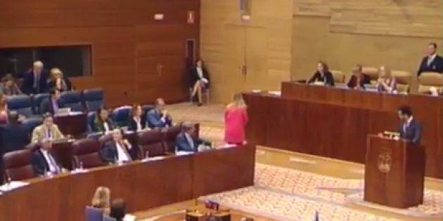 Cifuentes abandona el Pleno tras las críticas de Podemos:
