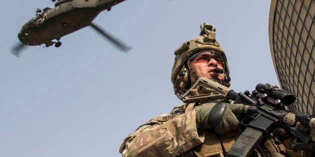 Entrenamiento conjunto, a principios de noviembre, de personal de infantería y fuerzas aerotransportadas...
