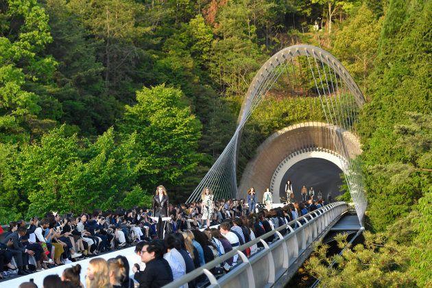 El desfile de Louis Vuitton Resort 2018 celebrado en el Museo Miho de Kioto (Japón) el 14 de mayo de