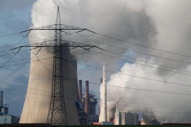 Columnas de humo en una central eléctrica de carbón en el noroeste de Colonia,
