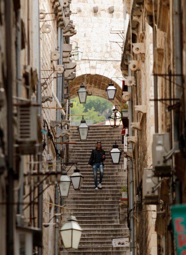 Una de las empinadas escaleras de Dubrovnik, en