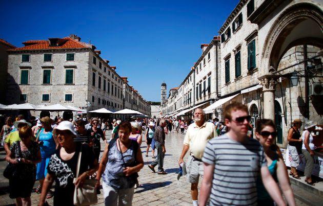 Turistas paseando por el centro de la ciudad amurallada de