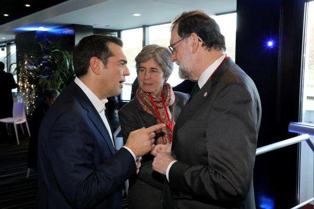 Alexis Tsipras, el primer ministro de Grecia, conversa con el presidente español, Mariano Rajoy, en el...