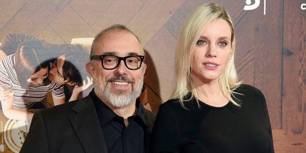 El director Álex de la Iglesia con la actriz Carolina Bang durante el estreno de la película 'Perfectos...