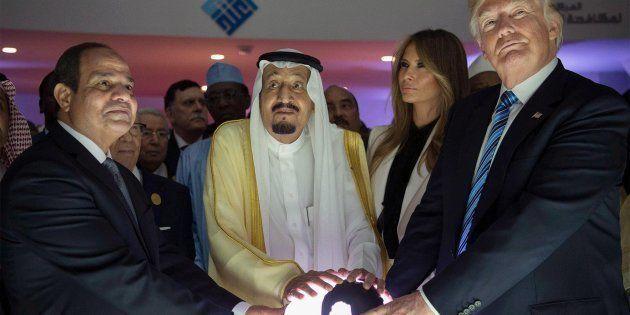 Esta foto de Trump en Arabia Saudí está dando mucho, mucho