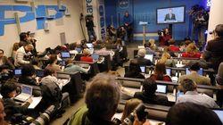 Los periodistas, sin preguntar y viendo a Rajoy en un monitor