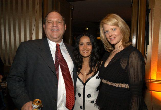 El productor Harvey Weinstein, la actriz Salma Hayek y la entonces esposa de Weinstein, en los Miramax...