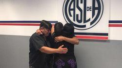 El abrazo de este futbolista profesional con sus padres da la vuelta al mundo por lo que se esconde