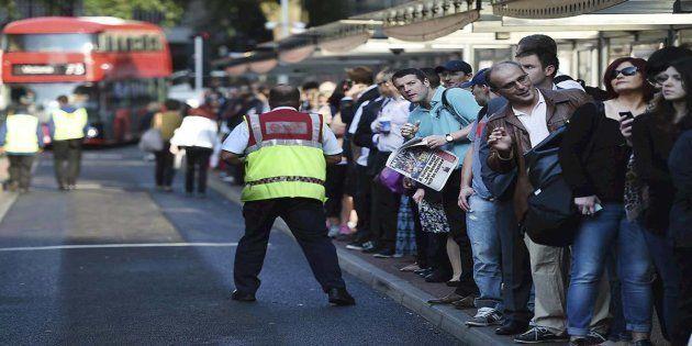 La Policía británica reabre la estación de Victoria en Londres tras cerrarla por un paquete
