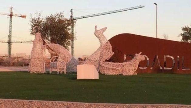 Las figuras de un Belén gigante de Boadilla del Monte (Madrid) aparecen en posturas