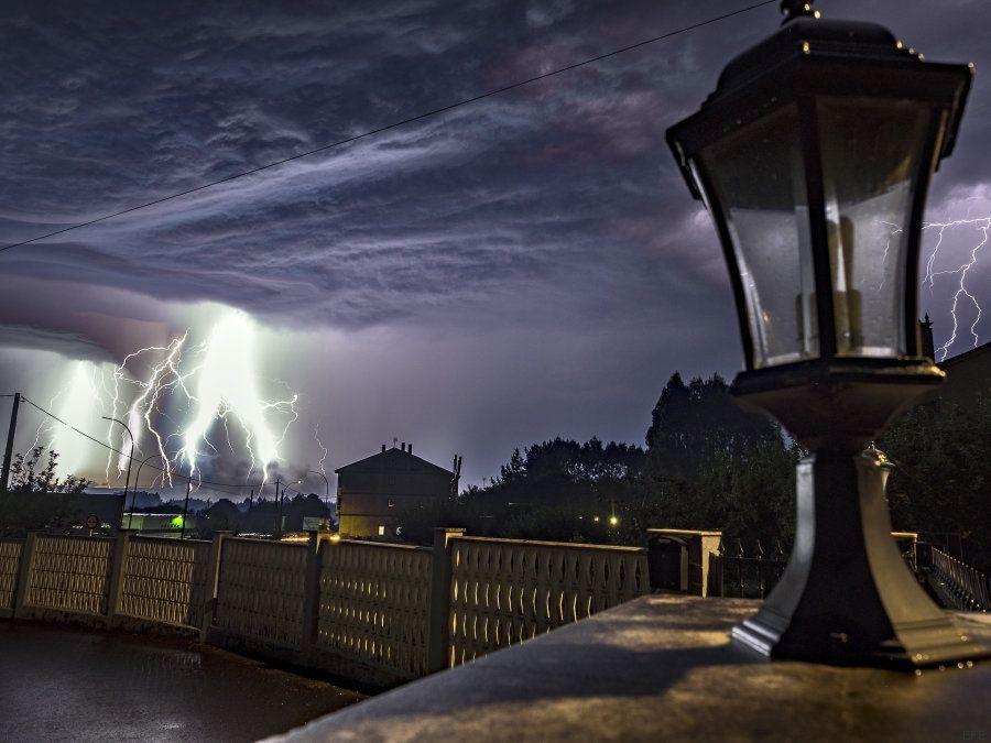 Las espectaculares imágenes de los miles de rayos que sacuden Galicia estos