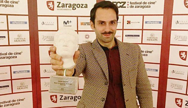 El director del corto, Carlo D'Ursi, tras recoger su premio en