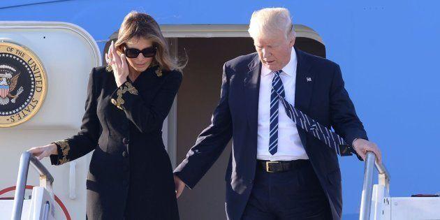 Melania esquiva (otra vez) la mano de Trump cuando bajaban del Air Force One en